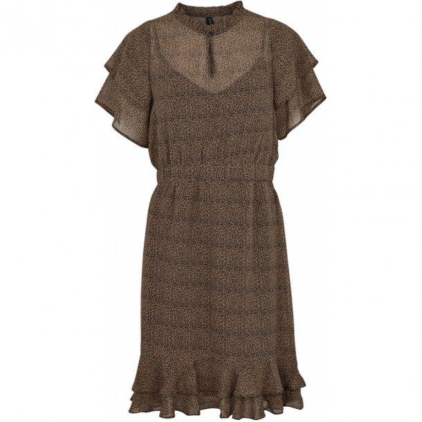 80993480ddd2 Gerda kjole sand m de fineste korte ærmer fra Prepair (1092) til 599 ...