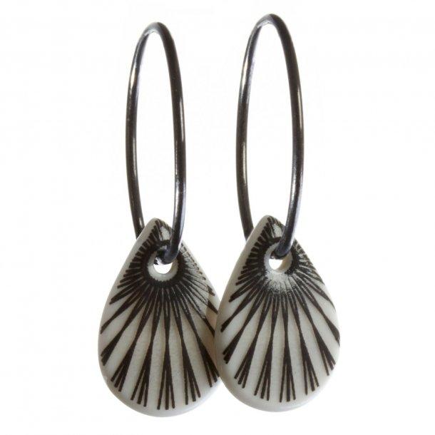 Scherning SPLASH teardrop øreringe - BLACK